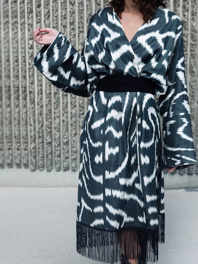 Detailansicht von einem Seiden-Kimono mit schwarz-weiss Muster und mit Fransen Borte
