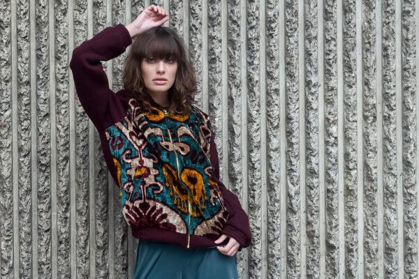 junge Frau in Bomberjacke aus aus handgewebtem Samt
