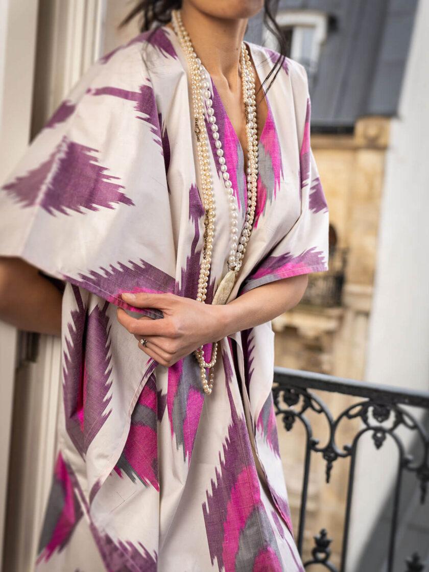 ein Ausschnitt von einem Seiden-Kaftan mit pink-weissen Ikat-Muster