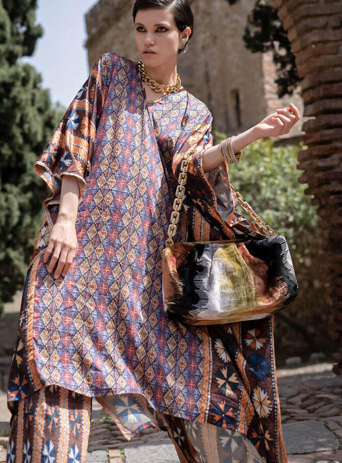 Junge Frau im Kaftan mit armenischen Mustern und einer Handtasche aus der Mairik Kollektion von Belle Ikat