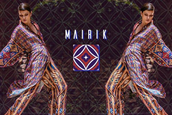 Junge Frau in einem knielangen Kimono und weiter Hose mit armenischen Mustern aus der Mairik Kollektion von Belle Ikat