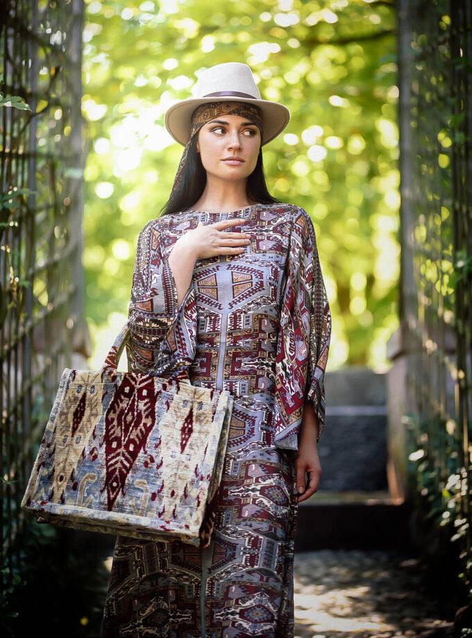 junge Frau im Park mit Hut, einer Tote bag und Maxi Kleid mit armenischen Mustern