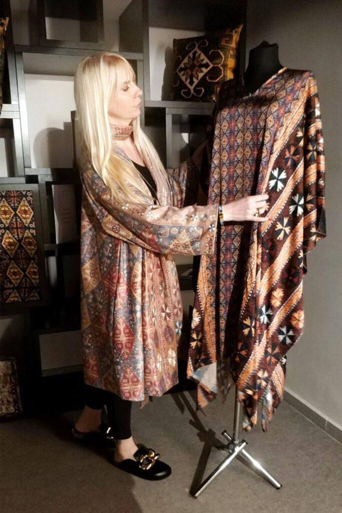 Isabella Stadler vor einem Kleid auf der Mairik Kollektion